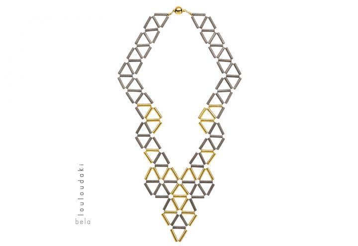 La trama decorativa della collana Up to the sky è il risultato di una riuscita interazione di forma e colore