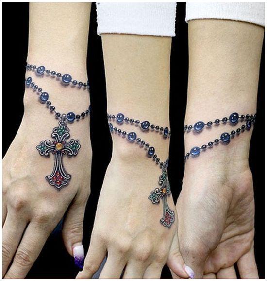 Oryginalny wzór tatuażu na nadgarstek? Wypróbujcie tatuaż-bransoletkę - subtelny, dziewczęcy motyw, który będzie służył jako biżuteria.