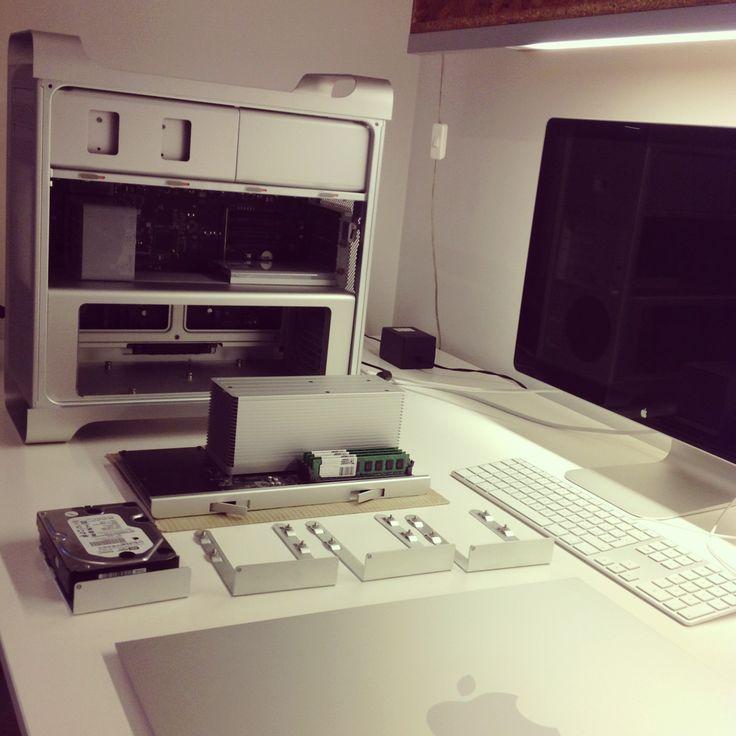 #pulizie #stagionali #scrivania #seasonal #cleaning #desk #workstation #aluminum #macpro #white #grey #green #black