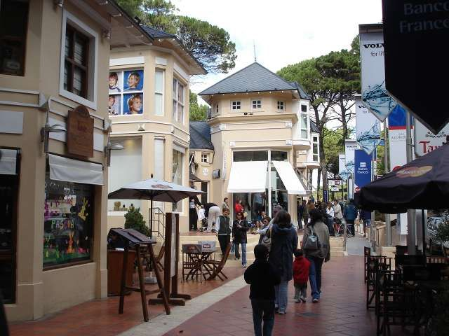 CENTRO COMERCIAL - CARILO- ARGENTINA