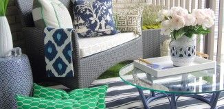 tapis-exterieur-balcon-bleu-blanc-fleurs  Blue and white hydrangiia bushes planted along the balcony walls with a few small gardenia bushes at each end of settee.