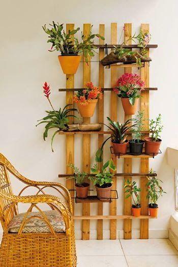 Ripas de Madeira, formam o lindo Jardim Vertical , que se olhar bem, se parece e muito com o Estrado de uma Cama de Solteiro. Quem s...