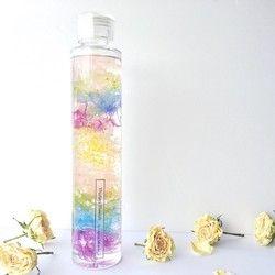 【ピンクローズの可憐なお誕生日プレゼント】可憐でアンティークな雰囲気のローズ。シャンパンのような気泡いっぱいの、華やかなゴールドラメ入りのジェルに包みました。エレガントな香りのローズアロマのラグジュアリーなバースデーキャンドルです。------------------------------◯薔薇円にて丁寧にドライにしたものを使用しております。◯繊細なゴールドのラメを煌びやかな雰囲気にキャンドル全体に散りばめています。バラ好きな方や、ラグジュアリーな雰囲気がお好きな方への贈り物におすすめです。内容量200gサイズ/幅 約6㎝ × 高さ10㎝ギフト
