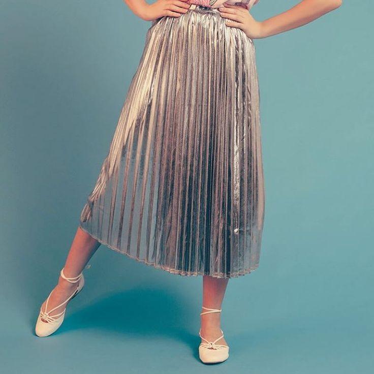 SHINE IT ON✨ uma saia midi metalizada e plissada o que é? um crush eterno. pra usar de dia, de noite, pra sempre. ⭐️✨