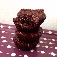 Hallo meine Lieben! Dieses Rezept ist wirklich einfach und für jeden der gerne dunkle Schokolade mag! Diese sind aus gesunden Zutaten gemacht und innerhalb von 10-15 Minuten fertig! :) 80g Kokosnuss Öl 40g ungesüßter Kakao 2 EL Honig 10g gepuffter Amaranth 6 Silikon Muffinförmchen Schmelzt