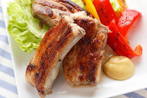 バーベキューの主役といえばやっぱり肉。分厚ければ分厚いほどテンションは上がりますが、同時に焼き加減の難易度も上がります。そんなバーベキューの肉にまつわる悩みを一気に解消し、ホロホロとやわらかく美味しい肉に仕上げることができる方法をご紹介! (2ページ目)