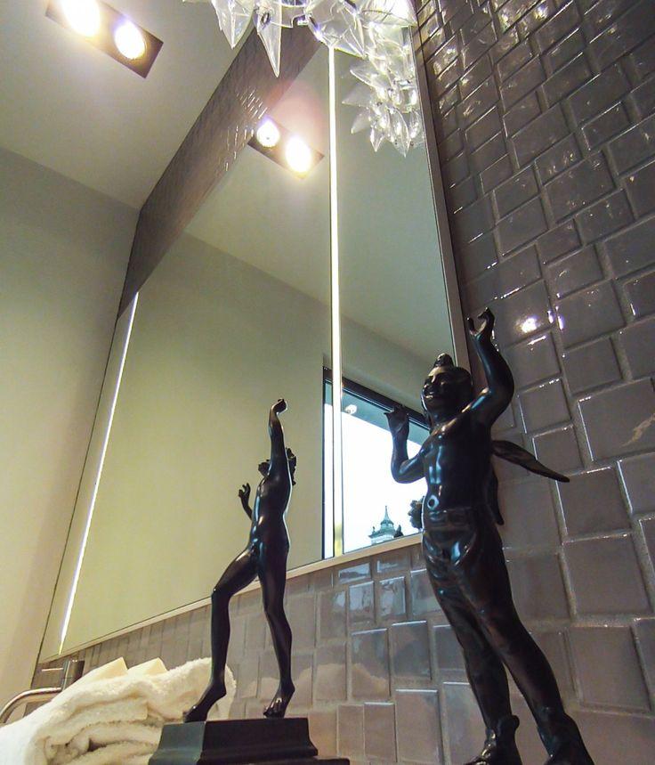 Specchio Boffi con illuminazione a led. Rivestimento mosaico irregolare. www.stanzedautore.it