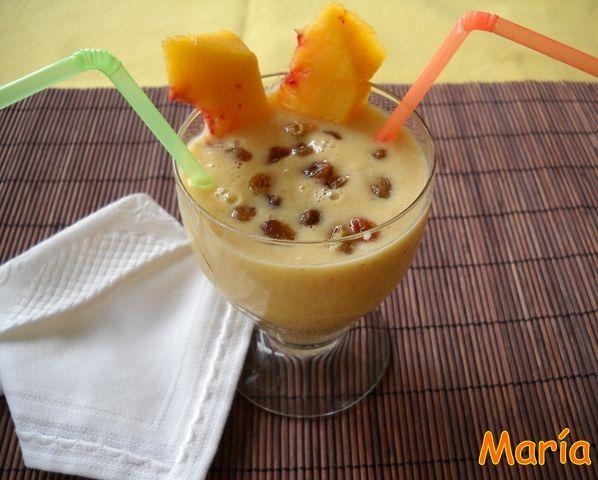 Batido de copos de avena con fruta, pasas y yogur
