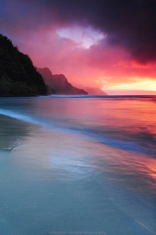 【ハワイ】カウアイ島の夕暮れ。ハワイ諸島で4番目の大きさの島。豊富な降水などの侵食作用によって、ワイメア渓谷やナ・パリ・コーストといった独特の景観を作り出しました。
