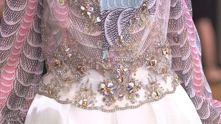 Elsa Schiaparelli, een Italiaanse modeontwerpster die tussen de twee wereldoorlogen grote naam maakte als rivaal van Coco Chanel, was een ambitieuze vrouw. Zij veroverde de wereld met spraakmakende ontwerpen, waarin een grote rol was weggelegd voor borduurwerk. Haar... #borduurwerk #couture