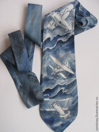 Батик. Роспись по шелку. Мужской классический галстук выполнен в технике батик, из натурального шелка, в манере свободной росписи. Спокойная серо-синяя гамма галстука подойдет практически к любому костюму черных, синих, серых оттенков