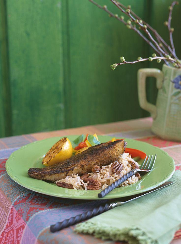 Recette de tilapia ou autre poisson à chair blanche et ferme. Assaisonnement avec du paprika, du laurier, de la poudre d'ail, de l'origan, du thym. Recette rapide et pour les grandes occasions.