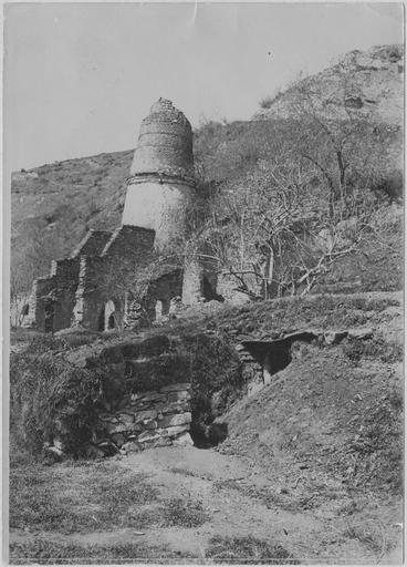 Edessa (Vodena) (April 1917). Old plaster ovens, in the foreground bombing shelter