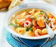 Fiskarhustruns fisksoppa | En underbar soppa som innehåller både fisk och skaldjur. Koka ihop dina ingredienser, som får fin smak av timjan, före du blandar ner fluffig grädde. Toppa med dill och servera den krämiga soppan med brytbröd.