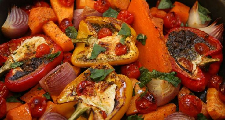 Готовые овощи присыпать оставшимся свежим базиликом. Подавать с порезанным на дольки лимоном.