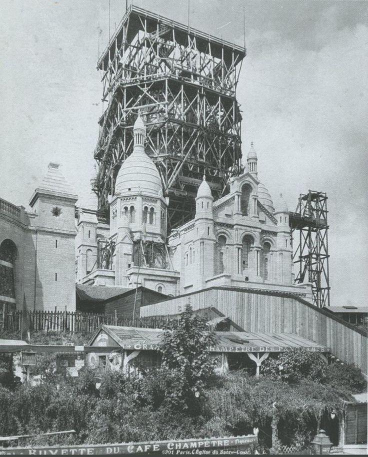 La basilique du Sacré-Coeur de Montmartre pendant la construction du campanile vers 1908. Décidé en 1873, l'édifice ne sera que complètement achevé en 1923  (Paris 18ème)