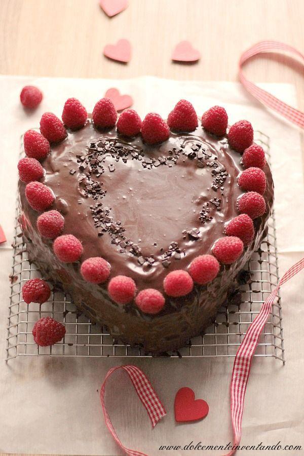 La mud cake al cioccolato è una vera bontà, adatta ai veri amanti del cioccolato, io ho voluto declinarla in una versione romantica e sensuale, ideale per San Valentino, con glassa al cioccolato e lam
