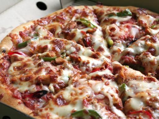 sauce tomate, poivre, origan, Viandes, oignon, huile d'olive, ail, sel, poivron, gruyère râpé, pâte à pizza