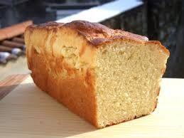 c'est une brioche :  470 g de farine à brioche (3 cups 1/3 sans balance) 50 g de sucre (1/4 cup environ) 3 œufs battus en omelette 1,5 cuillerée à café de levure sèche (1,5 tsp) 1,5 cuillerée à café de sel (1,5 tsp) 125 ml de lait environ