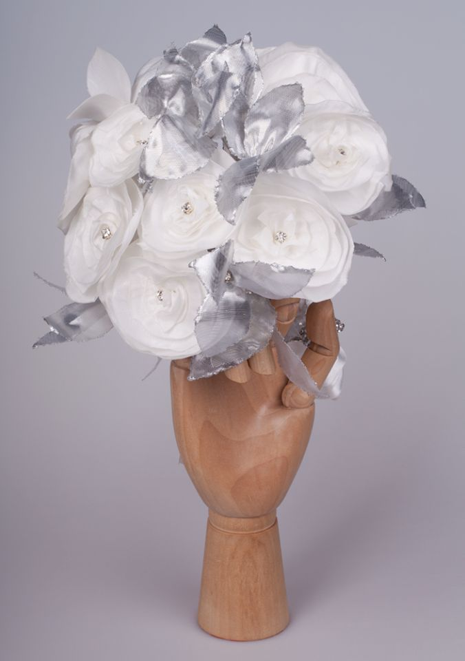 Bouquet of flowers totally handmade in silk taffeta color pearl and silver ( Bouquet de flores totalmente feitas à mão em tafetá de seda cor pérola e prata).  Visit Doce Açucena  no facebook: https://www.facebook.com/pages/Doce-A%C3%A7ucena/239223889555620 acucena.doce@gmail.com Tlf.: +351 922052180 (for connecting from the foreign)