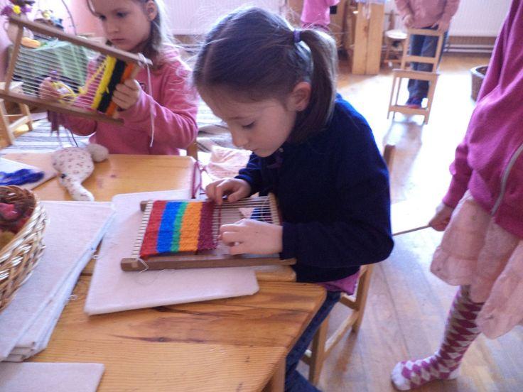 A Waldorf óvodában a gyerekeket speciális formában segítik az iskolába készüléshez, az életkori sajátosságoknak megfelelően cselekvő formában, amely során a tevékenységeknek, a mozgásnak van a legnagyobb szerepe. A Waldorf óvodások is tanulnak számolni, de feladatlapok helyett tevékenységeken, játékokon keresztül gyakorolják a számokat és a műveleteket.