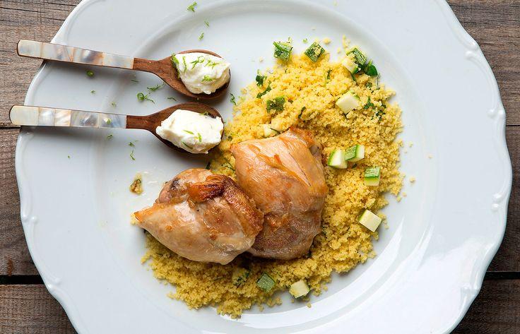 Κοτόπουλο με κους κους και σάλτσα γιαούρτι