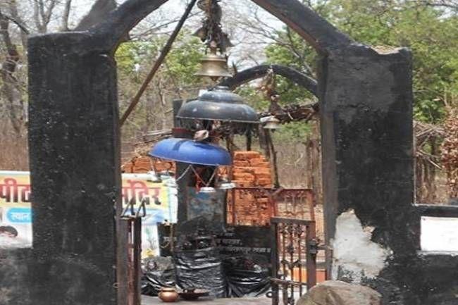 शनिदेव के कई प्रसिद्ध मंदिर देश के कोने-कोने में मौजूद हैं लेकिन क्या आप जानते हैं कि इनका एक मंदिर ऐसा भी है जहां ये पत्नी के साथ विराजमान हैं. छत्तीसगढ़ के कवर्धा में शनिदेव का एक ऐसा �