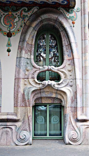 Corcega 316 Ventana    La Casa Comalat es un edificio modernista situado en el número 442 de la avenida Diagonal y con fachada posterior en el número 316 de la calle Córcega en Barcelona, siendo un proyecto del año 1906 efectuado en 1911 por el arquitecto Salvador Valeri i Pupurull (1873-1954).