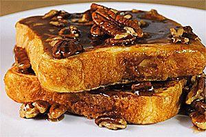 Tostadas francesas con syrop de pacanas. Una alternativa para comenzar el día diferente. Un sabroso desayuno dulce que le encantará a todos en la familia...