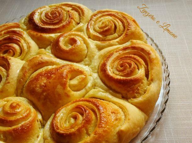 torta di rosePer la pasta: 350 g di farina 00 20 g di zucchero 150 ml di latte 30 ml di olio di semi di mais 3 tuorli 1 cubetto di lievito di birra 1 pizzico di sale Per la farcitura: 150 g di zucchero 150 g di burro