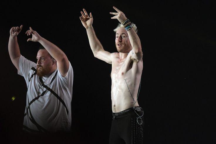 Nicholas Petricca, vocalista de Walk the Moon, e o baterista Sean Waugaman durante show da banda no Rock in Rio 2017 (Foto: Alexandre Durão/G1)