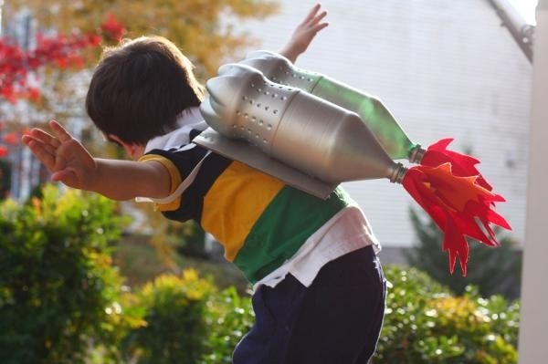 Cómo hacer un disfraz de astronauta para niños. Cuando preguntas a muchos niños y niñas qué quieren ser de mayores, muchos responden lo mismo: de mayor quiero ser astronauta. Este es un oficio soñado por muchos, ya que llegar a la Luna es algo que ...