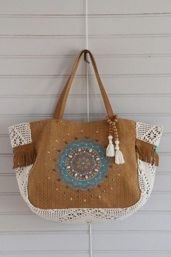 Sac suédine camel  et simili cuir cuivré, tissu crochet écru, appliqué mandala coton, strass,  cauris, perle