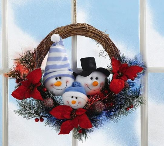 Rosca de mimbre con muñecos de nieve en tela. Muy fácil y lindo!