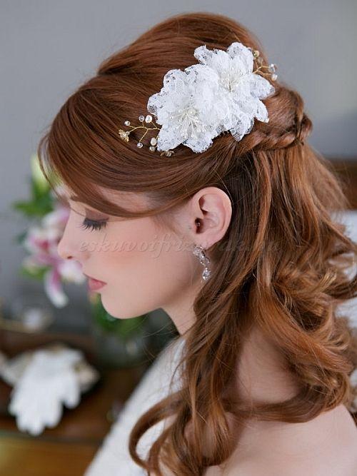 esküvői koszorú, menyasszonyi frizura virággal, virág a hajban, virágdísz