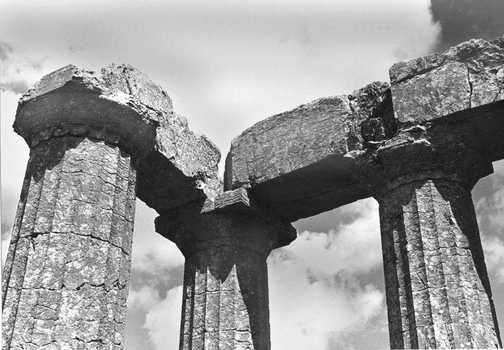 Ο ΝΑΟΣ ΤΟΥ ΕΠΙΚΟΥΡΙΟΥ ΑΠΟΛΛΩΝΑ ΣΤΙΣ ΒΑΣΣΕΣ ΤΗΣ ΦΙΓΑΛΙΑΣ -1952- ΛΕΠΤΟΜΕΡΕΙΑ ΤΟΥ ΝΑΟΥ ΑΠΟ ΒΟΡΕΙΟΔΥΤΙΚΑ - ΦΩΤΟΓΡΑΦΙΑ ALISSON FRANTZ.