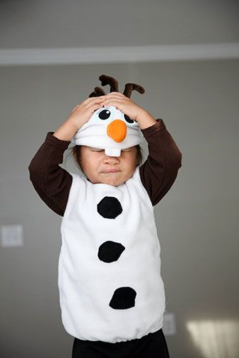 DIY Frozen's Olaf Halloween or Birthday Costume: tutorial. I'll make some changes like a white hood connected to the hat. Probably some stuffing and elastic for a band in order to make the appearance of snowball body. I'll have costume go all the way to ground or use white leggings. Soooo cute!! 17-olaf.jpg