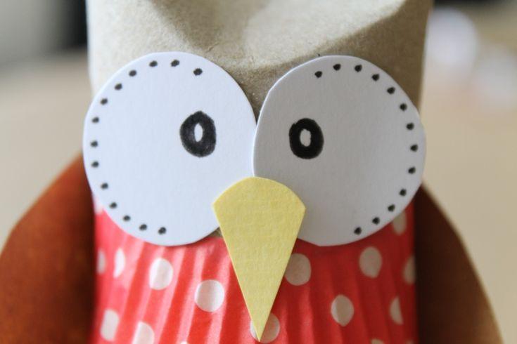 Wat een schatjes! Herfstuiltjes gemaakt van een wc-rolletje en cupcake papiertjes! Zie de nieuwe blog van 2BeSam https://www.doenkids.nl/herfst-uiltje/