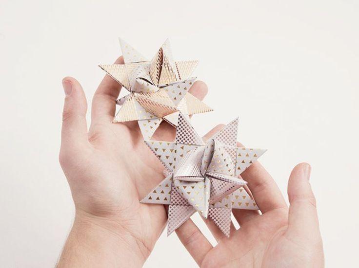 Weihnachtliches DIY: Metallische Sterne als Weihnachtsdeko oder als Anhänger für den Weihnachtsbaum basteln / Free DIY: fold metallic star as christmas decoration or ornament for a christmas tree via DaWanda.com