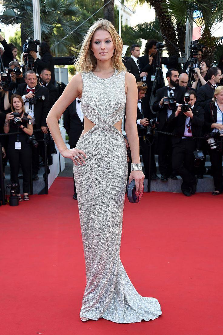 Toni Garrn en un look de vestido plateado con cut outs, para el estreno de 'The Little Prince' durante Cannes 2015. - GettyImages