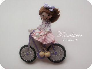 Frambuesa en bicicleta malva Broche en DM pintado a mano Muñequita en tela pvp 17 eur.Frambuesa: Muñequitas viajeras