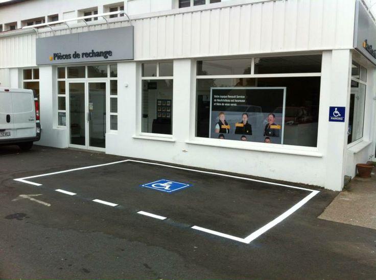 Marquage au sol : création d'une place de stationnement permettant aux personnes à mobilité réduite d'accéder au garage et à la concession Renault Reuchet SAS de Neufchâteau (88)