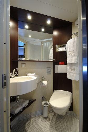 River Queen- bathroom
