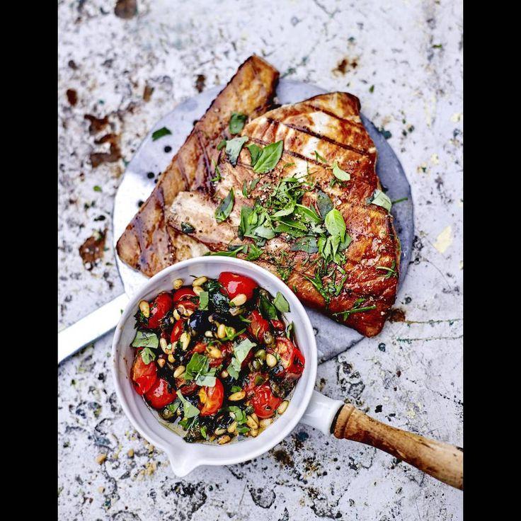 Espadon grillé, « sauce » aux tomates-cerises et câpres
