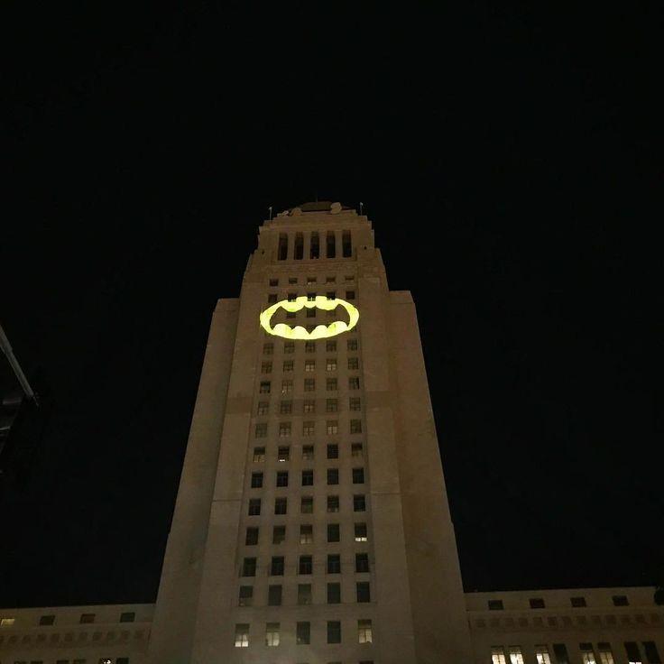 Несколько минут назад в Лос-Анджелесе зажгли Бэт-сигнал в память об Адаме Уэсте, сыгравшем Бэтмена