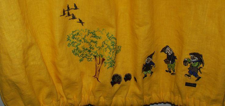 Keskiviikko mekon helmassa käppäilee puutarhatontut ja siilit . Linnut lentelee ihanan puun päällä