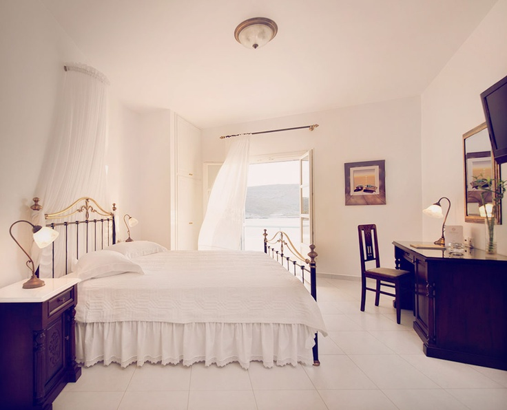 Featuring 15 elegantly appointed sea view suites, the romantic Melian hotel reflects the traditional character and exquisite architecture of Cyclades.