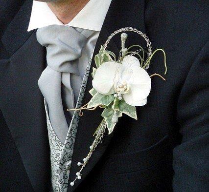 Свадебный цветок на пиджак жених