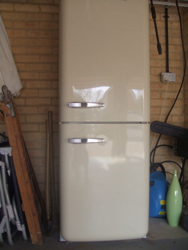 RETRO STYLE SMEG FRIDGE FREEZER  Item condition:	Used  Time left:	30m 41s (07 Apr, 201212:20:41 BST)  Current bid:	£460.00  http://sales.me.uk