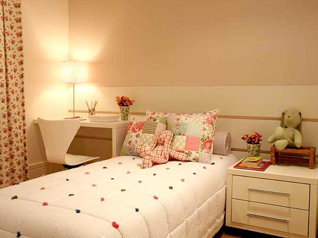 O patchwork com tons de rosa deixou o quarto da menina delicado e a escrivaninha deu um ar funcional...  Projeto By: Clelia Regina Angelo